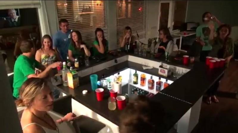 Так выглядит собрание команды в Tower: сотрудники собираются за барным столом