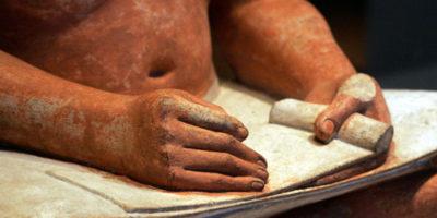 фрагмент глиняной статуи