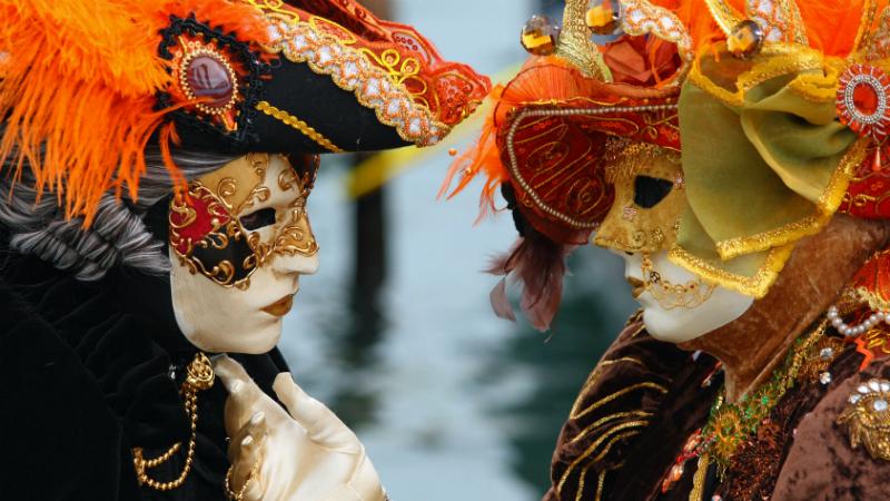 Два человека в масках