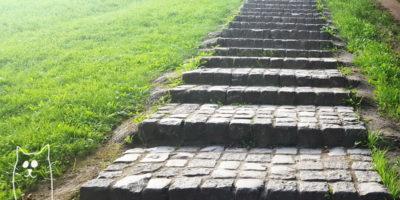 Каменная дорожка со ступенями