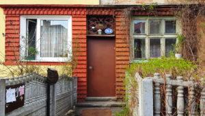 Дверь в кирпичный дом
