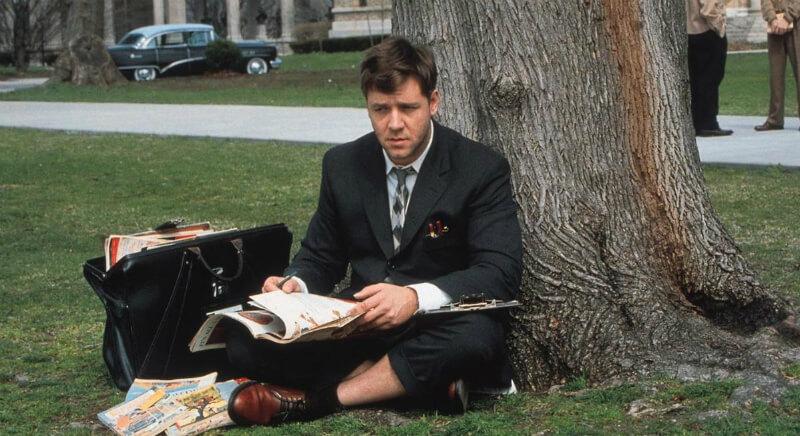 Мужчина с журналами под деревом