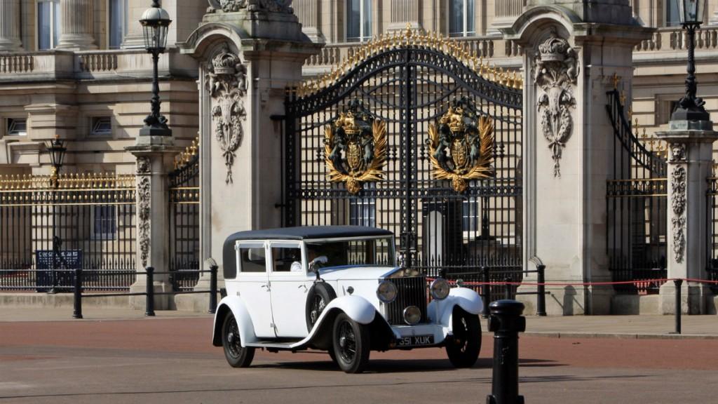 Старинное авто у ворот