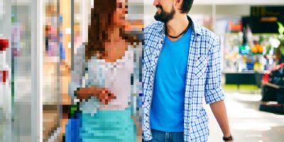 Улыбающиеся друг другу мужчина и женщина