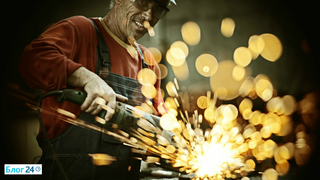 Мужчина режет болгаркой металл