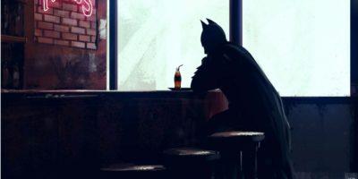 Бетмен. сидящий у окна