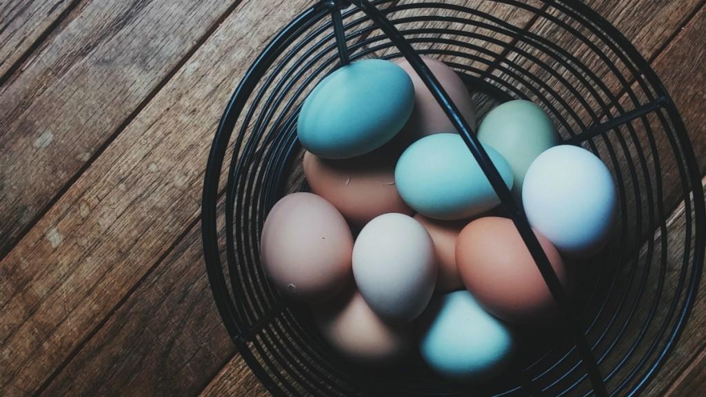 Цветные яйца в корзинке