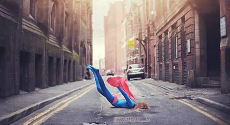 Супергерой на мостовой