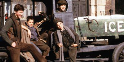 Мальчики на старинном грузовике
