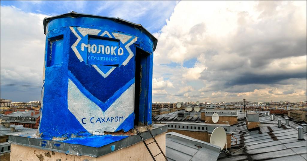 Будка на крыше, разрисованная под банку сгущенки