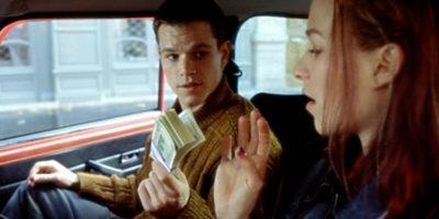 Парень протягивает девушке пачку денег