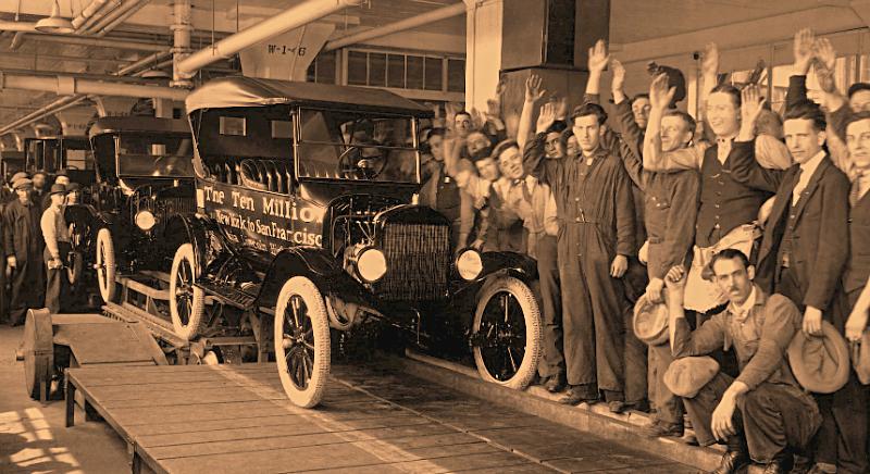 Старинное авто и люди