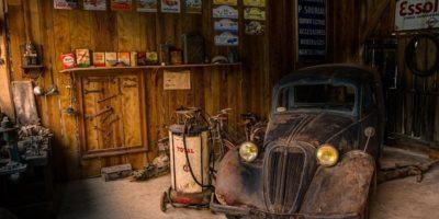 Старое авто в гараже