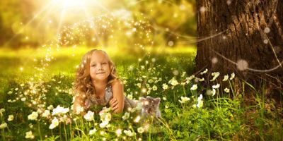 Девочка с котенком в траве