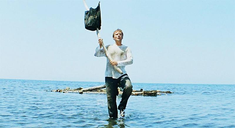 Человек идущий по воде