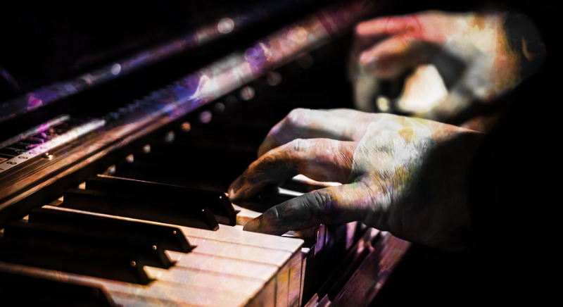 Руки на клавиатуре пианино