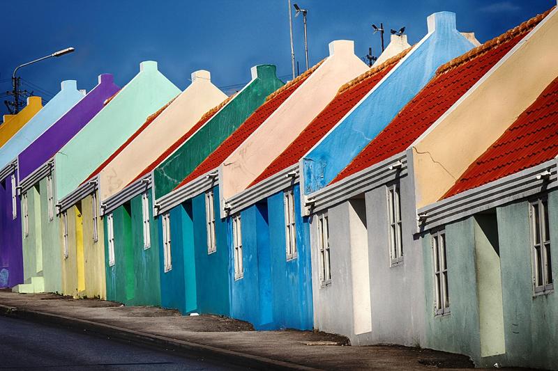 Ряд цветных домов