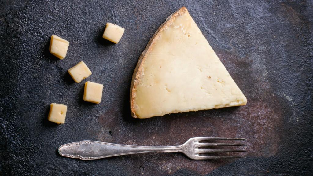 Сыр и вилка