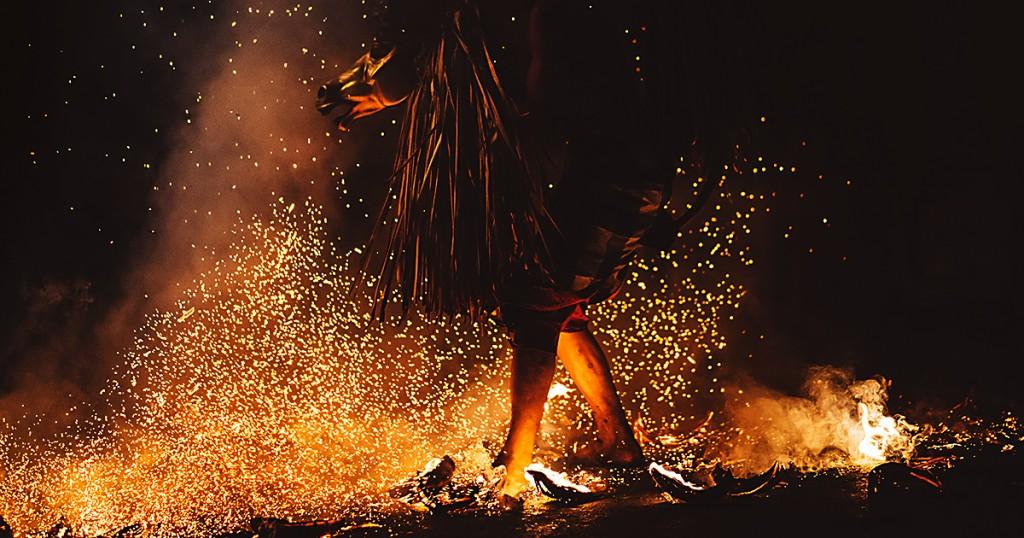Человек идет по углям