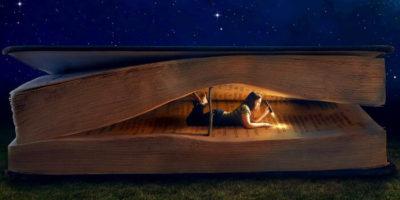 Женщина в книге чикает с фонариком