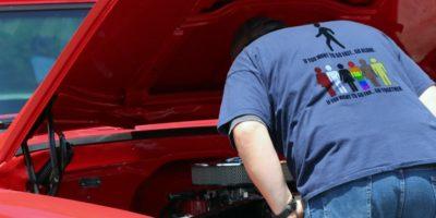 Человек смотрит под капот авто