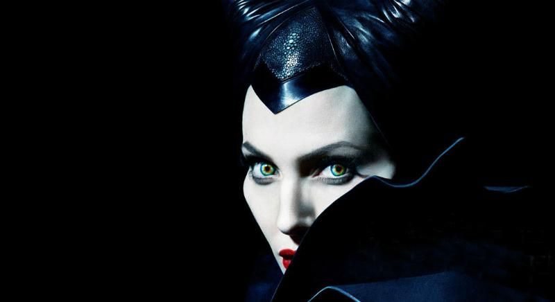 Женщина в черном с зелеными глазами