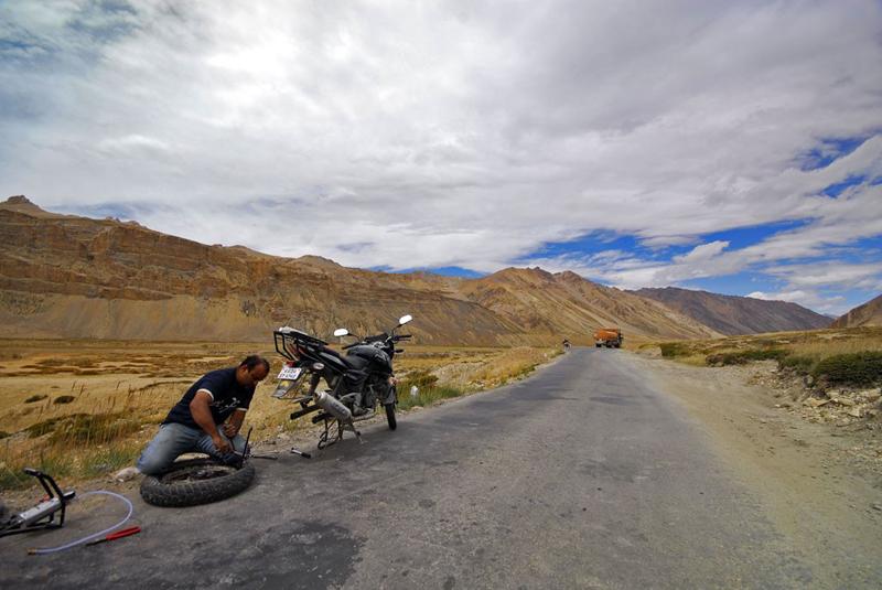 Мотоциклист меняет колесо