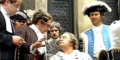 Мужчины в старинных костюмах и париках