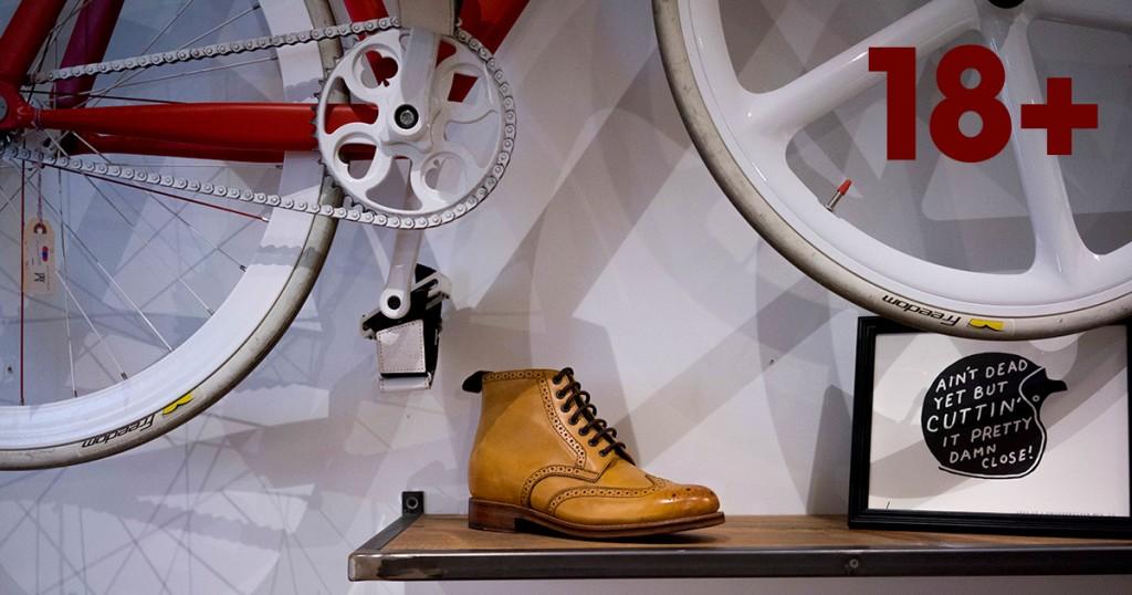 Желтый мужской ботинок, велосипед