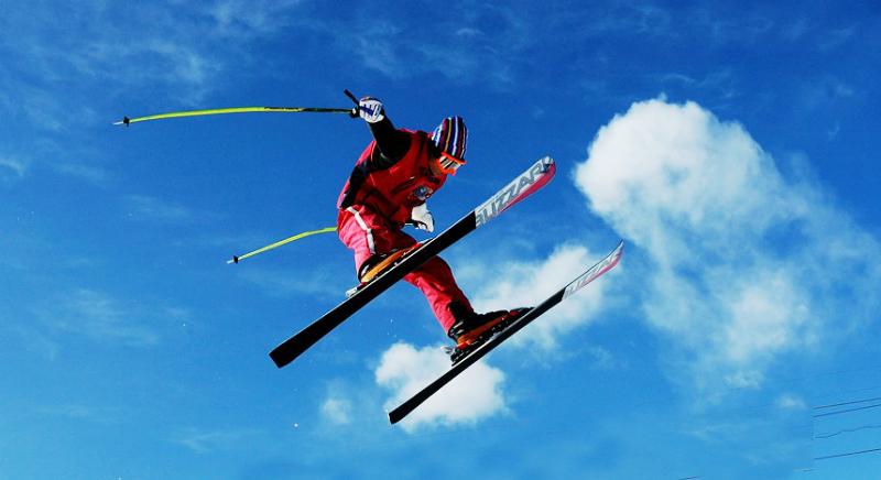 Лыжник на фоне неба