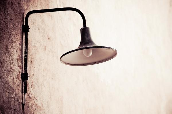 Лампа на стене