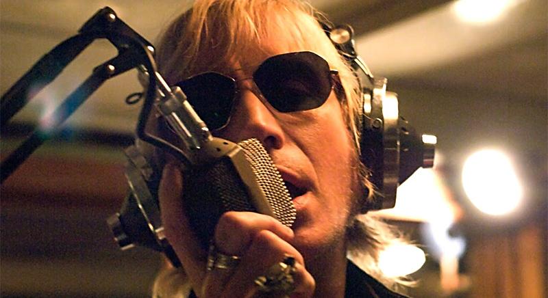 Человек в очках у микрофона