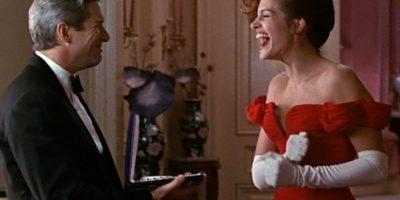 Смеющиеся мужчина и женщина в красном платье