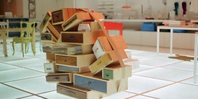 Ящики, связанные лентой