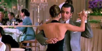 Пара танцует в ресторане