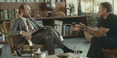 Два мужчины беседуют