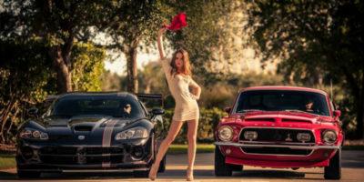 Девушка на фоне двух машин