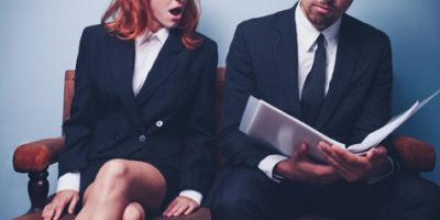 Читающие мужчина и женщина