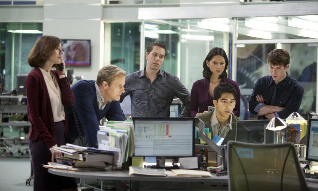 Шестеро людей за компьютерным столом