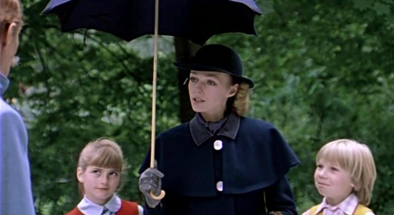Женщина под зонтом с двумя детьми