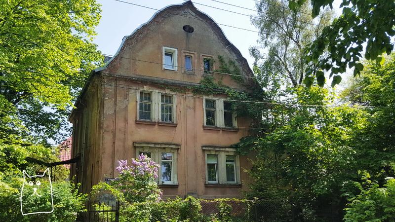 Старый двухэтажный дом
