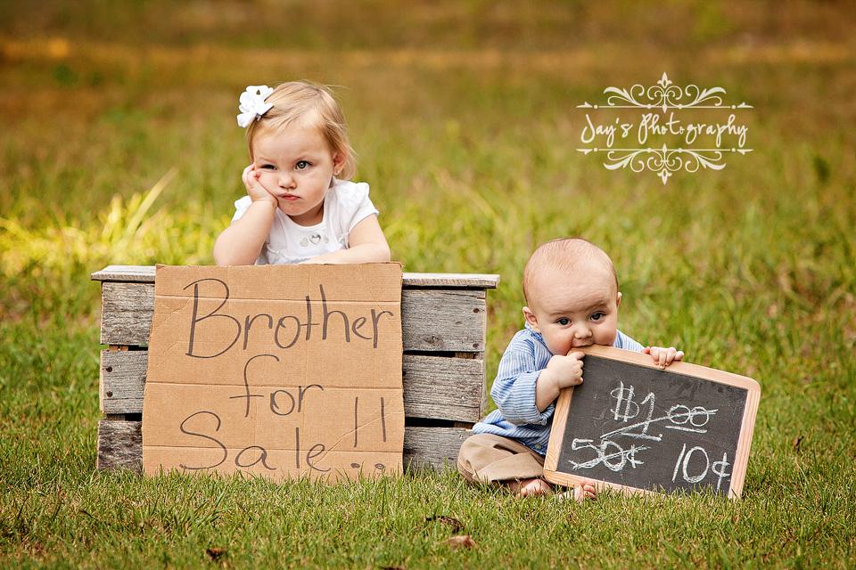 Два малыша с плакатами
