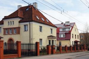 Белый дом с коричневой крышей