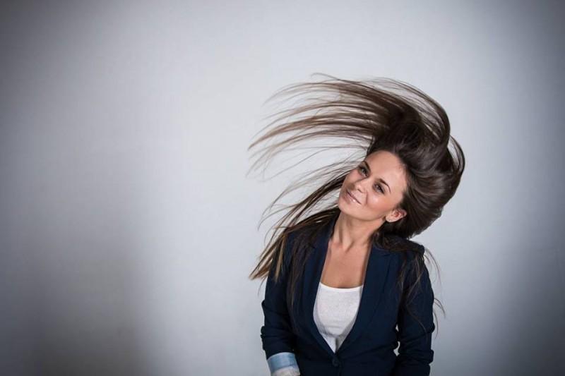 Девушка с разметавшимися волосами