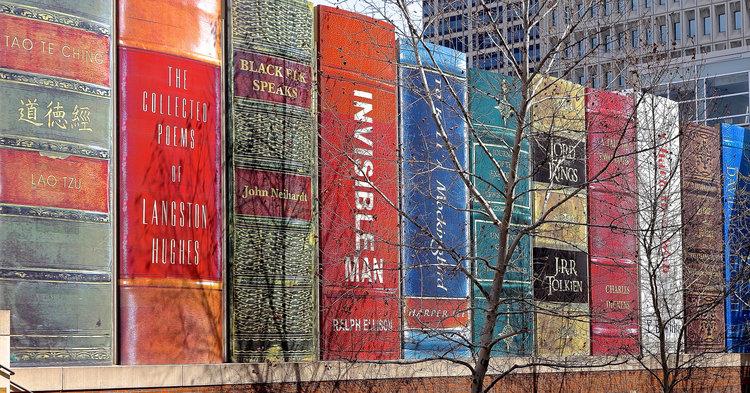 Книги на фоне здания