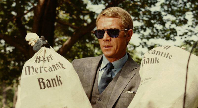 Мужчина в очках, с двумя мешками