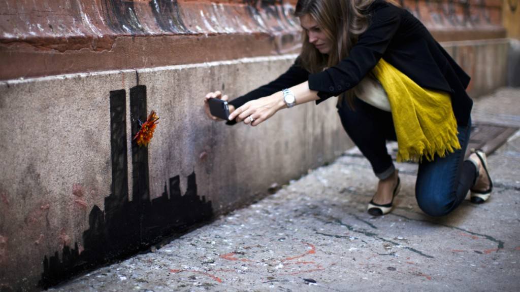 Девушка фотографирует цветок