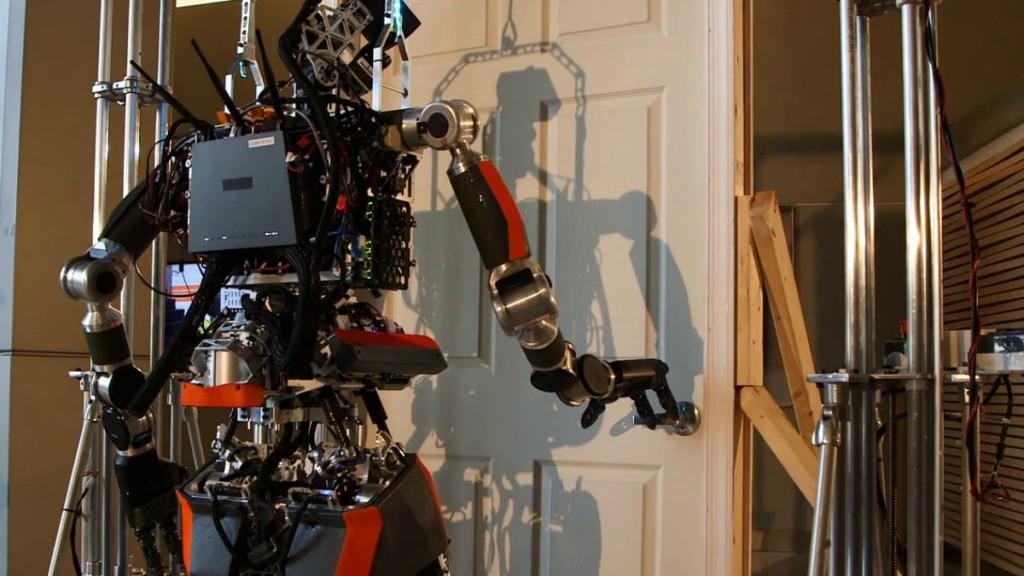 Робот возле двери