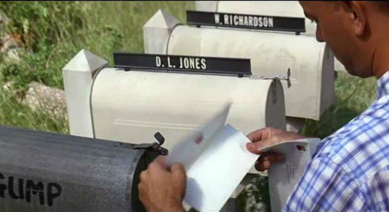 Человек читает письмо