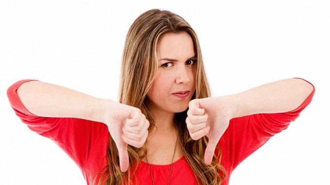 Девушка держит руки пальцами вниз